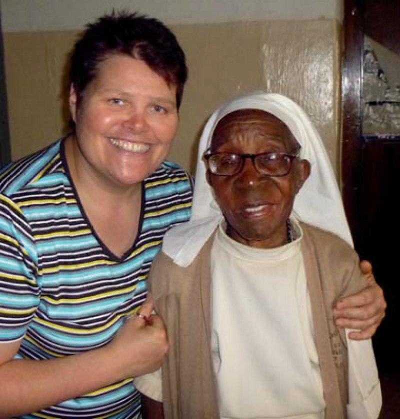 Ordensschwester Alex und Vereinsmitglied Sabine Pühl im Krankenhaus in Kampala, der Hauptstadt Ugandas, während eines zehntägigen Besuchs im ostafrikanischen Land. Foto: privat