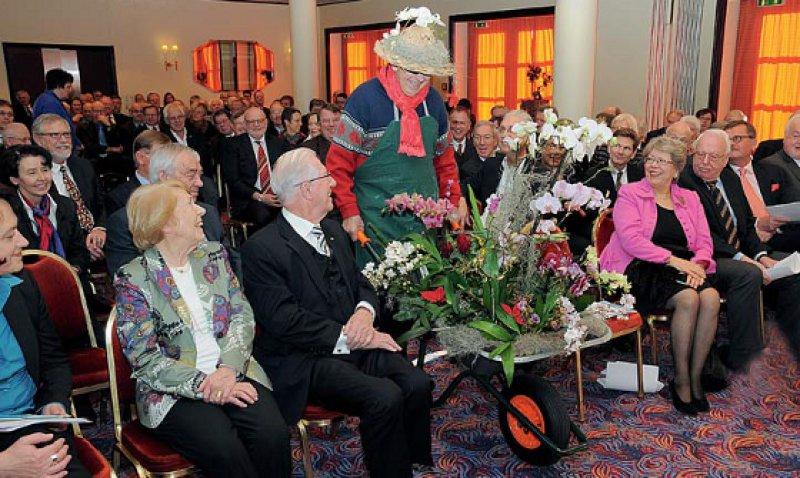 Sag's mit Blumen: Dank für Fritz Beske und seine Frau (links), die unentgeltlich alle Veröffentlichungen des Instituts Korrektur gelesen hat. Foto: Vico