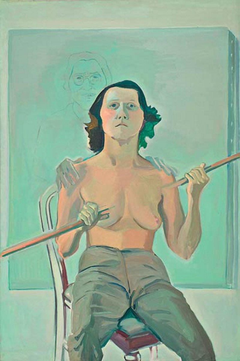 """Maria Lassnig: """"Selbstporträt mit Stab"""", 1971, Öl und Kohle auf Leinwand, 193 × 129 cm: Eine naturalistisch gemalte Frau sitzt, nur mit einer Uniformhose bekleidet, auf einem Stuhl. Ihr Gesicht trägt unverkennbar die Züge der damals 51 Jahre alten Künstlerin. Mit beiden Händen hält sie einen das Bildformat sprengenden Stab, der ihre Brust durchbohrt, ohne dieser aber sichtbare Wunden zuzufügen. Aus derselben imaginären Bildsphäre wie der Speer stammt die schemenhaft im Hintergrund skizzierte Mutter. Nur ihre plastischen Hände auf den Schultern der Tochter wirken real. Courtesy der Künstlerin; Foto: UMJ/N. Lackner"""