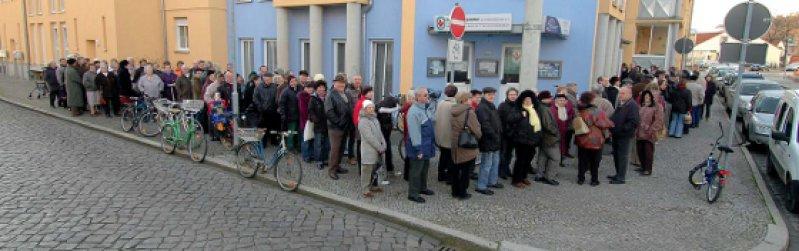 Warten auf einen Termin: Bürger in Aschersleben standen Anfang Februar 2008 vor der neuen Praxis von Detlev Hoffmann Schlange − die ersten um fünf Uhr morgens. Foto: Frank Gehrmann