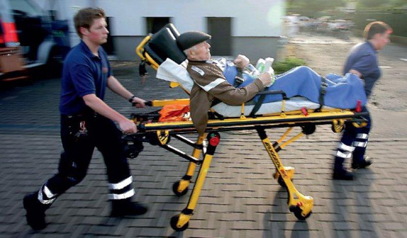 Unnötige Klinikeinweisungen sind für alte Menschen eine enorme Belastung. Foto: dapd