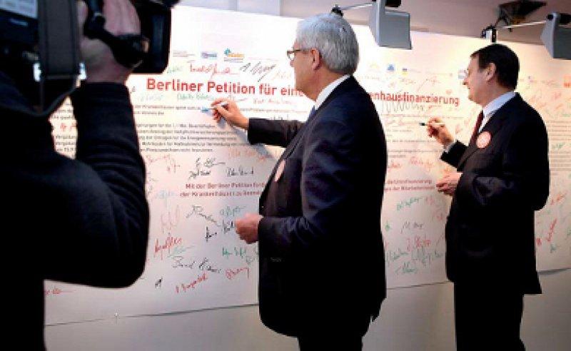 """""""Immer mehr Krankenhäuser schreiben rote Zahlen"""": Alfred Dänzer und Wolfgang Pföhler, Präsident und Vizepräsident der DKG, unterzeichneten die Berliner Petition. Foto: DKG"""