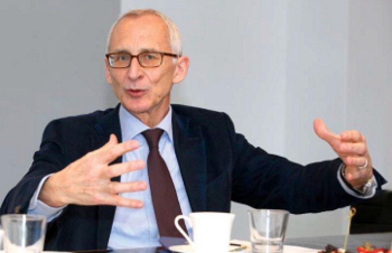 Wolfgang Plischke (61) gehört seit 2006 dem Vorstand der Bayer AG an. Der Biologe ist dort verantwortlich für Technologie, Innovation und Nachhaltigkeit. Als Vorsitzender des Ausschusses für Gesundheitswirtschaft im BDI setzt er sich für die Forschungsförderung ein. Fotos: Eberhard Hahne