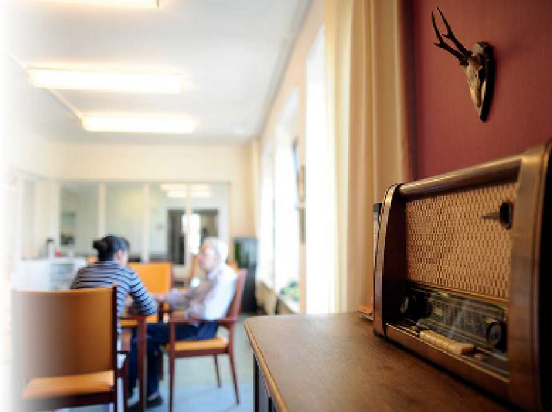 """Als """"Wohnzimmer"""" eingerichteter Aufenthaltsraum im Albertinen-Haus, Hamburg. Foto: dpa"""