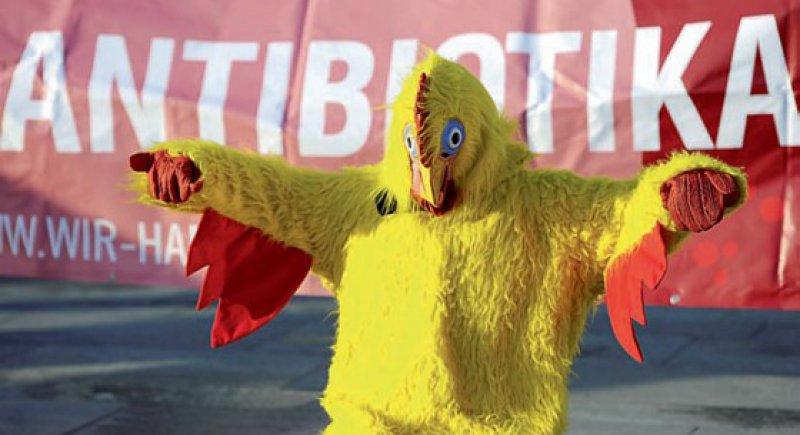 """Widerstand in gelb: Ein Mitglied des Bündnisses """"Meine Landwirtschaft"""" protestierte im vergangenen Jahr vor dem Kanzleramt gegen den Einsatz von Antibiotika in der Massentierhaltung. Foto: dpa"""