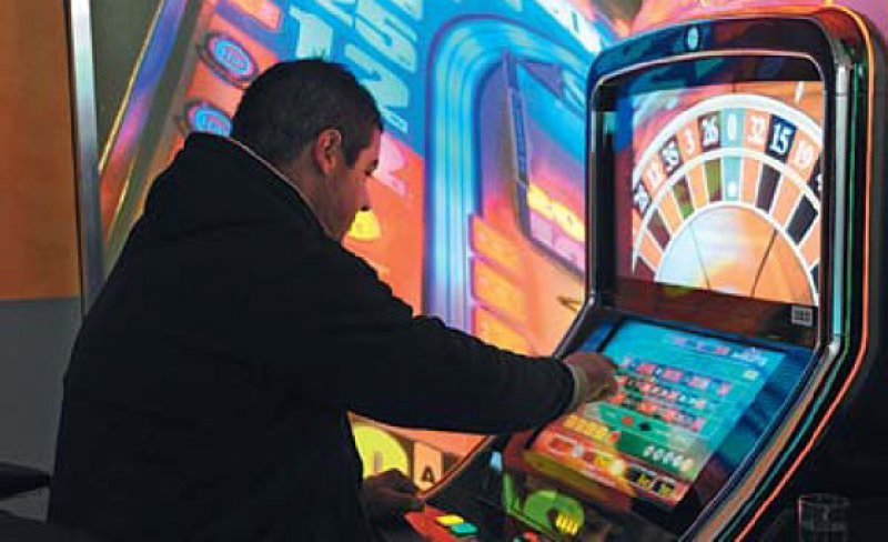 Das Automatenspiel nimmt stark zu, besonders bei den 18- bis- 20-Jährigen. Foto: picture alliance