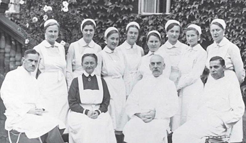 Georg Klemperer vor dem Krankenhaus Moabit im Jahr 1930 (2. v. r.). Ihm wurde 1933 gekündigt. An sein Schicksal erinnert die Berliner Medizinische Gesellschaft. Foto: © bpk