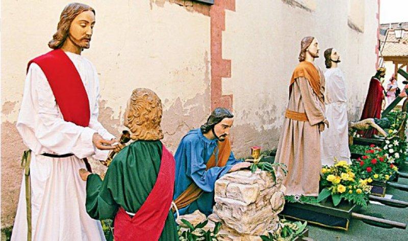 Alle Figuren werden auf dem Platz vor der Kapelle aufgestellt. Hier stehen die Jesusdarstellungen zur Abholung bereit. Foto: Ulrich Traub