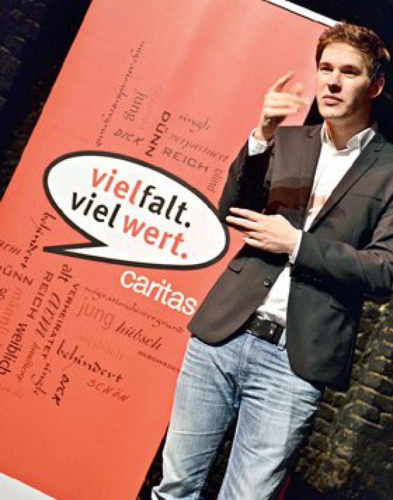 Ein Gebärdendolmetscher erläutert die Kampagne, die für verschiedenste Caritasprojekte steht. Foto: Diözesan-Caritasverband Köln