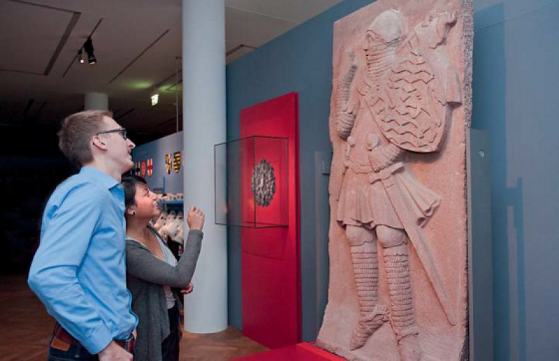 Der Pfalzgraf bei Rhein gehört zu einem Ensemble von insgesamt acht Sandsteinfiguren, die einst als Zinnen das Mainzer Kaufhaus schmückten. Foto: rem/Carolin Breckle