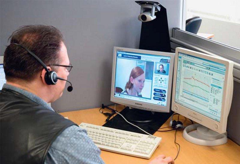 Über ein Remote-Care-Netzwerk steht der Experte der Cochlea-Implantat-Klinik in Hannover (li.) dem Patienten im Hörzentrum bei Bedarf zur Verfügung. Fotos: Medizinische Hochschule Hannover