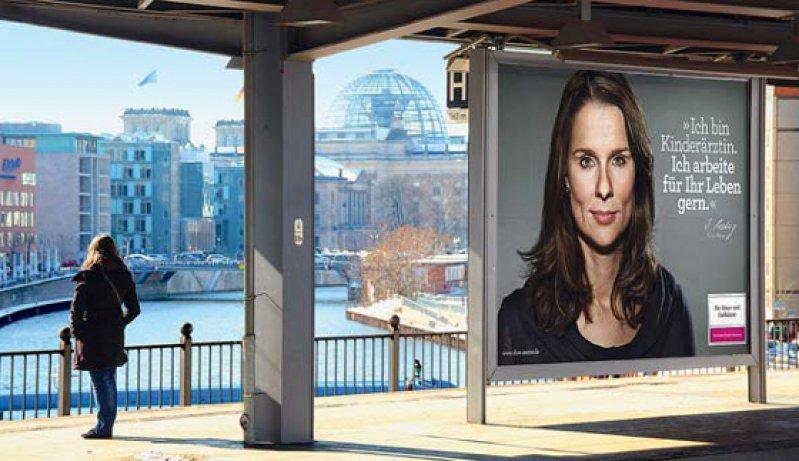 """Plakatwerbung: """"Hier sprechen Menschen über einen Beruf, den sie mit Leidenschaft und Liebe ausüben. Foto: KBV"""