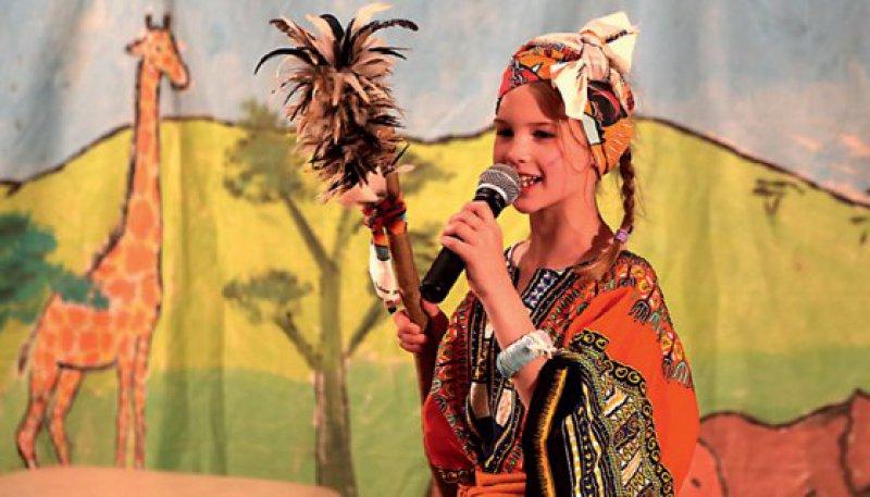 """Mit ihrer Interpretation des Kindermusicals """"Tuishi Pamoja – eine Freundschaft in der Savanne"""", belegen Schüler der Anna-Schmidt-Schule aus Frankfurt den ersten Platz. Foto: Gemeinsam für Afrika"""