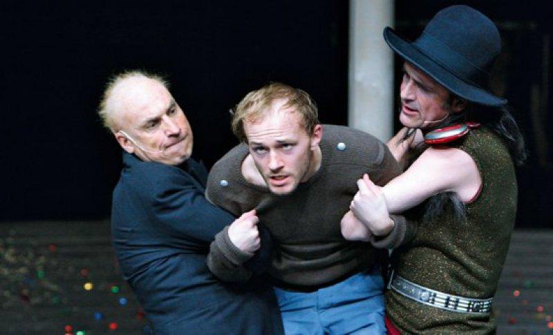 Woyzeck-Aufführung in den Kammerspielen des Deutschen Theaters Berlin, 2009: Moritz Growe (Mitte) als Woyzeck. Fotos: dpa