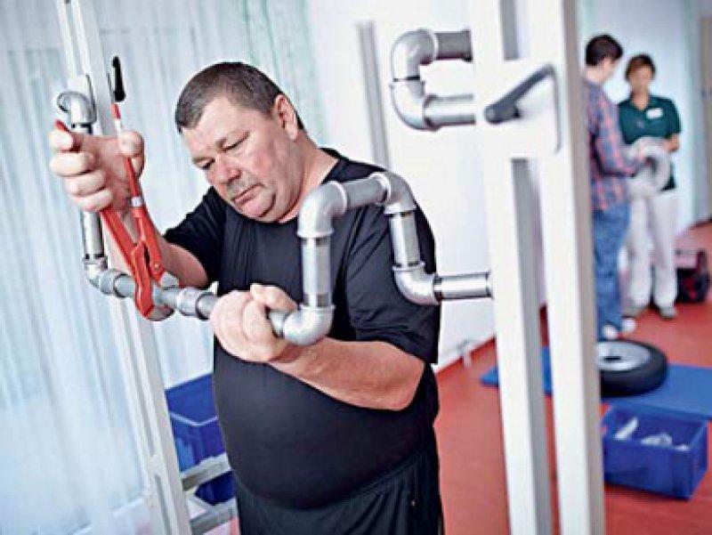 Das Arbeitsplatztraining unter physiotherapeutischer Anleitung kann den Rehabilitanden helfen, ins Erwerbsleben zurückzukehren. Foto: Dengg Kliniken, Bad Rothenfelde