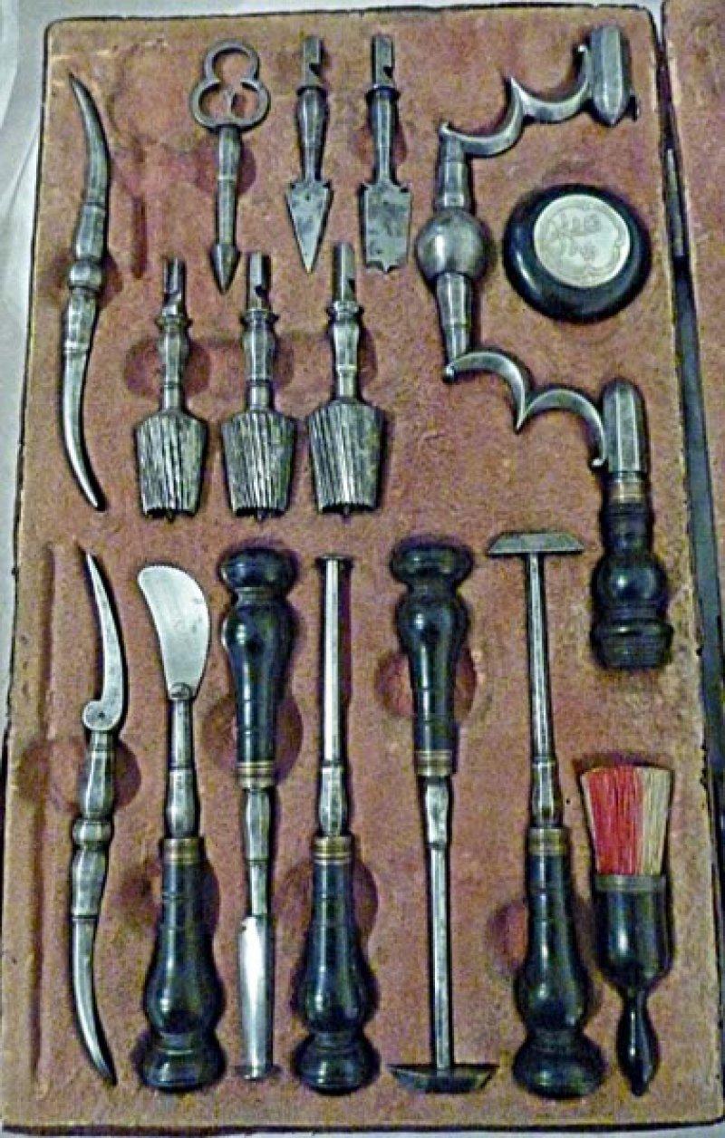 Originale Trepanationsinstrumente zur Öffnung des Schädels (18. Jahrhundert) vermitteln einen Eindruck früherer Behandlungsmethoden. Foto: Ernst Wanner