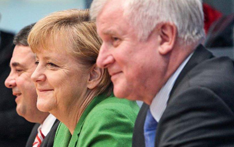 Gute Laune nach der Vertragsunterzeichnung hatten die Parteivorsitzenden von SPD, CDU und CSU, Sigmar Gabriel, Angela Merkel und Horst Seehofer (von links). Foto: picture alliance