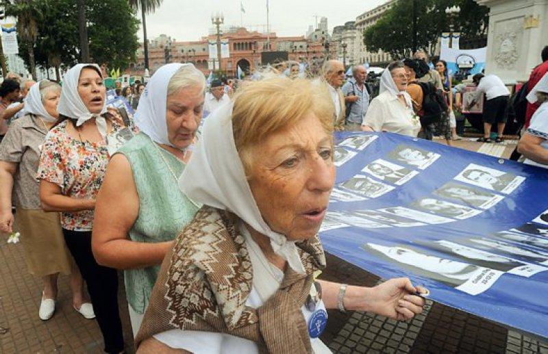 """Die """"Madres de la Plaza de Mayo"""" setzen sich bis heute vehement für die Strafverfolgung der Täter und für Aufklärung und Gedenken an ihre ermordeten Söhne und Töchter ein. Fotos: dpa"""
