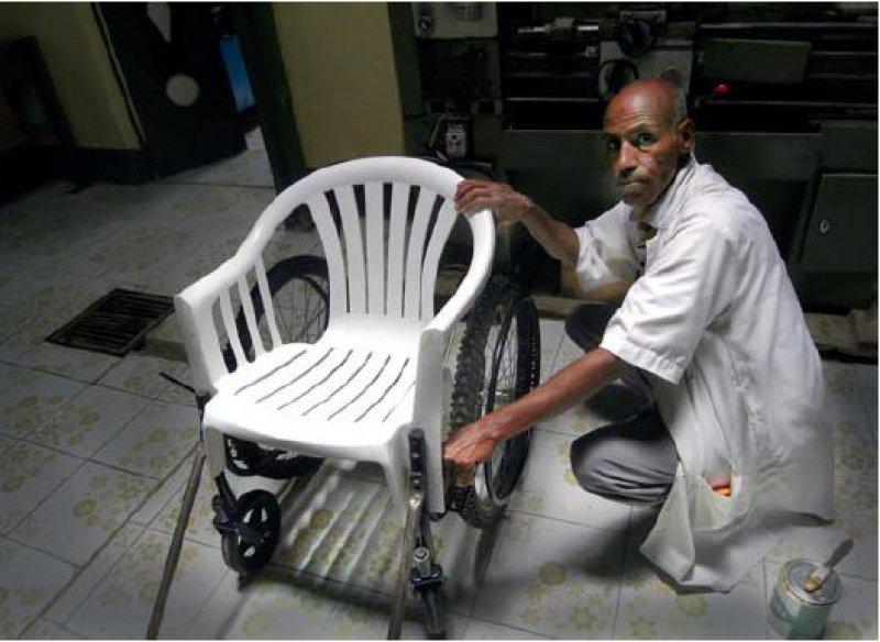 Mit einfachen Mitteln werden im Red-Crescent-Rehabilitations- Center in Somaliland wetterfeste Rollstühle gebaut. Foto: S. Rahlenbeck