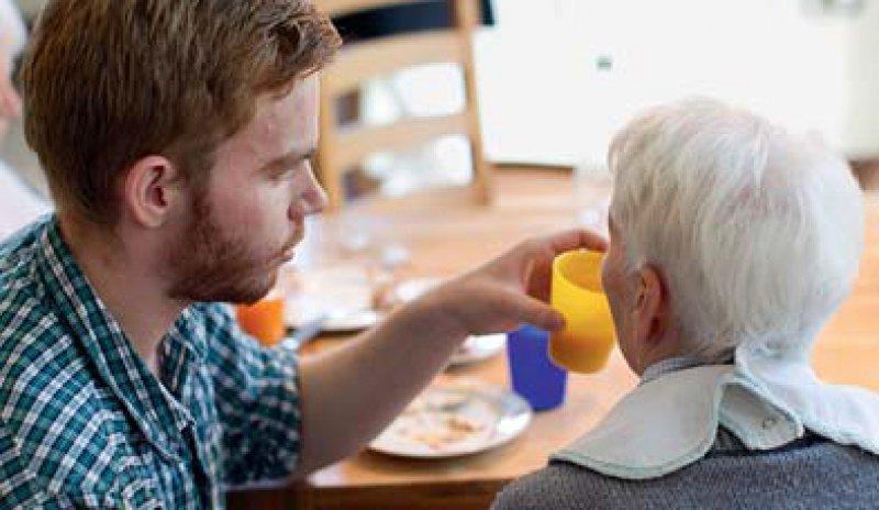 In Kliniken und Altenheimen sind die jungen Menschen im FSJ eine große Hilfe. Foto: dpa