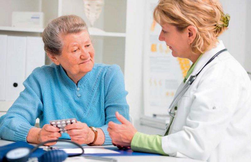 In einem Beratungsgespräch erklärt der Arzt seinem Patienten Nutzen und Wechselwirkungen der Medikamente, die er einnimmt. Foto: Fotolia/Alexander Raths