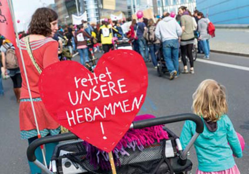 Demo in Berlin: Am 12. April zog ein Protestzug aus Hebammen und Eltern zum Kanzleramt.