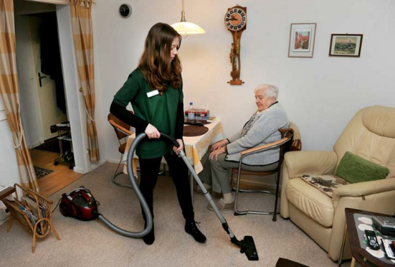 """Staubsaugen oder Botengänge vornehmen soll künftig als """"niedrigschwelliges Entlastungsangebot"""" von der Pflegeversicherung gefördert werden können. Foto: dpa"""