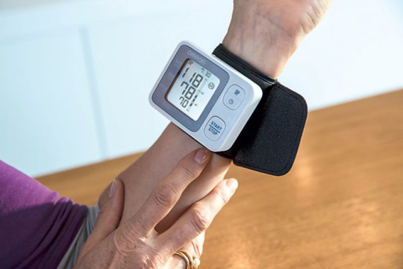 Das Blutdruckmessgerät RS3 in der Anwendung. Foto: Omron