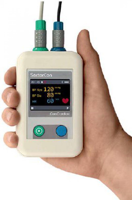 Die Aufzeichnungseinheit mit Farbdisplay speichert Blutdruck und Herzfrequenz über einen Messzeitraum von 24 Stunden. Dabei wird der Blutdruck kontinuierlich von einem Sensor am Finger des Patienten ermittelt. Foto: SectorCon GmbH