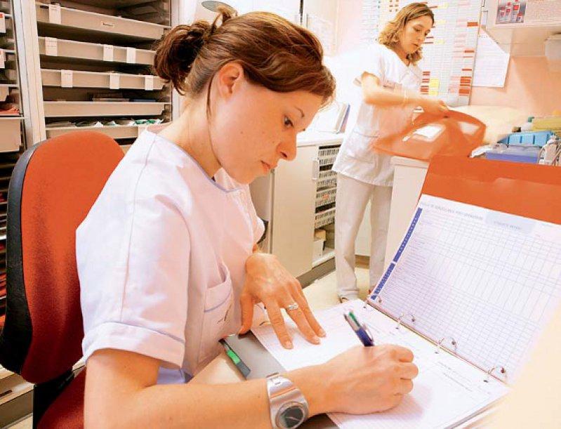 Der bürokratische Aufwand in der Pflege soll sowohl im stationären als auch im ambulanten Bereich mit dem neuen Dokumentationssystem SIS verringert werden. Foto: mauritius images