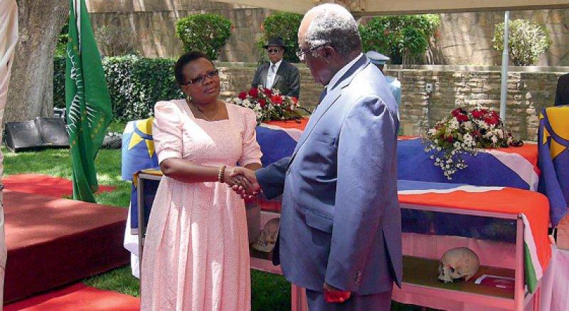 Auf einer Gedenkveranstaltung im Parlamentsgarten in Windhoek am 7. März dankt der Präsident Namibias, Hifikepunye Pohamba, der Leiterin des Nationalmuseums, Esther Moombola-/Goagoses, für die Rückführung der Gebeine aus Deutschland. Foto: Larissa Förster