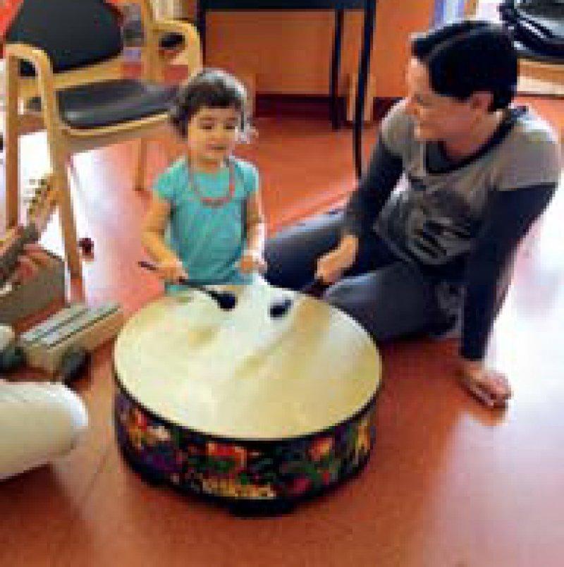 Musiktherapie in der Onkologischen Station der Rostocker Universitäts- Kinder- und Jugendklinik. Foto: dpa
