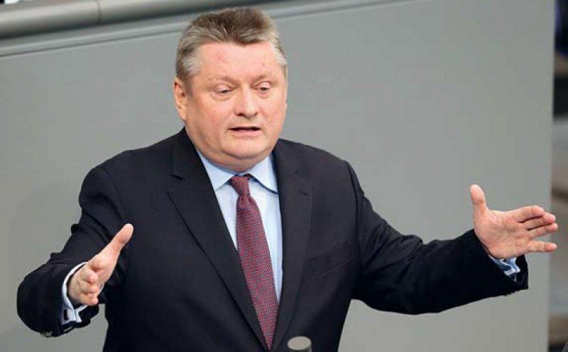 Gesundheitsminister Gröhe verteidigte im Bundestag das Einfrieren des Arbeitgeberbeitrags. Dies sichere Arbeitsplätze in Deutschland. Foto: dpa