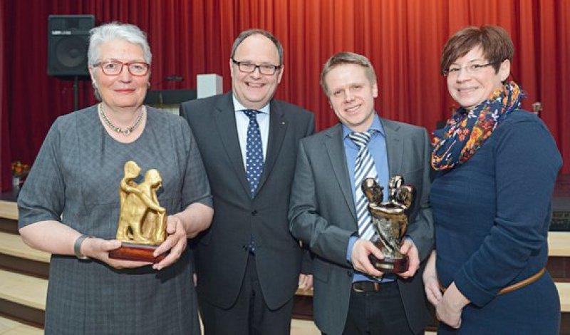 Die Journalistin Jutta Seifert und das Amateurtheater Klosterspiele Merxhausen wurden mit dem Walter-Picard-Preis ausgezeichnet. Foto: LWV Hessen, Uwe Zucchi