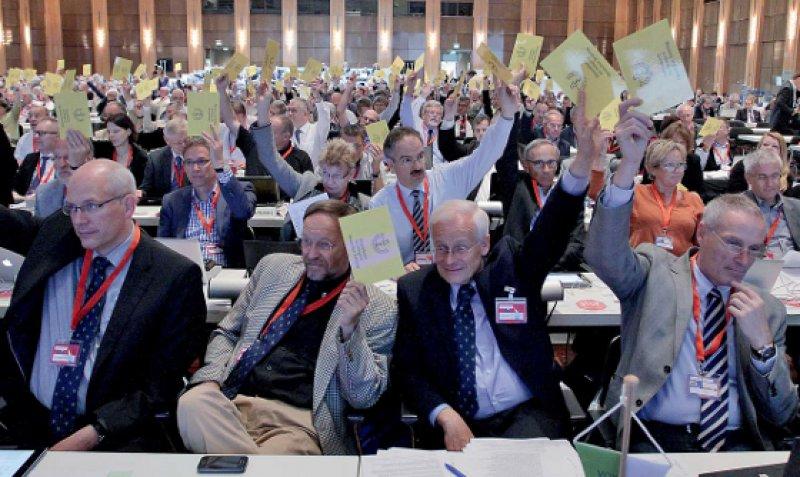 Die Delegierten stimmten im Minutentakt über mehr als 100 Anträge ab. Längere Debatten blieben bei der Fortsetzung des Tätigkeitsberichtes aus.