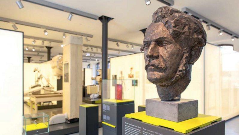 Blick in das Medizintechnikmuseum, im Vordergrund eine Büste von Werner von Siemens. Fotos: Siemens Healthcare