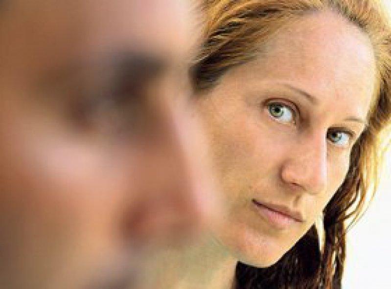 Ein Paar leidet in gleichem Ausmaß unter der Arbeitslosigkeit eines Partners. Foto: Fotolia/CURAphotography