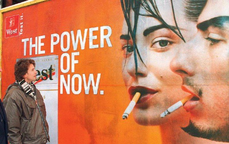 Tabakwerbung auf Plakaten und abends im Kino ist erlaubt. Im Fernsehen, in Zeitungen und Zeitschriften darf nicht mehr geworben werden. Foto: dpa