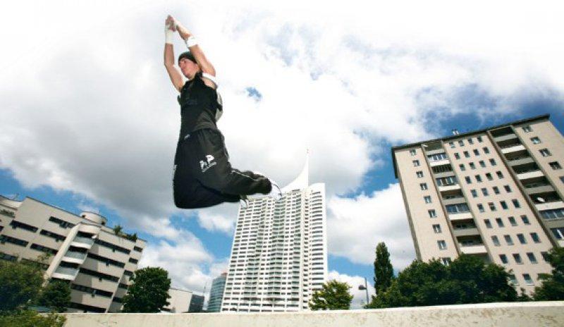 """Beim """"Parkour"""" im urbanen Raum gehen die Jugendlichen Risiken bewusst ein. Foto: picture alliance"""