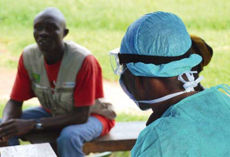 Schutzkleidung ist unerlässlich beim Umgang mit an Ebola Erkrankten. Foto: August Stich, Würzburg