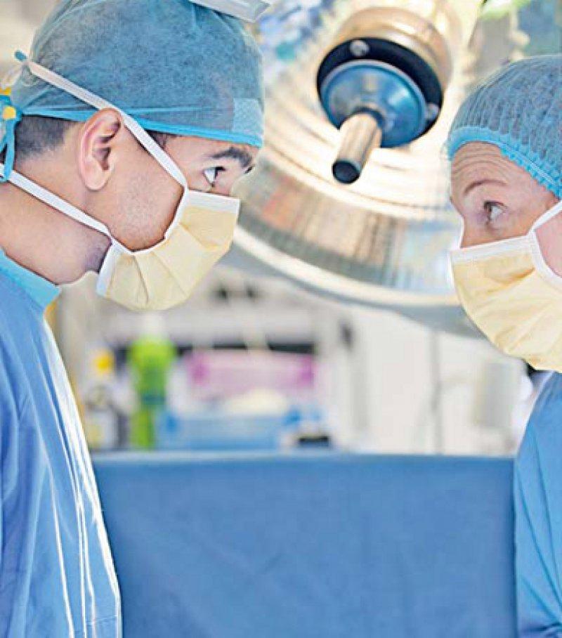 Die medizinische Fachsprache auf dem Niveau C1 soll künftig in allen Bundesländern von ausländischen Ärztinnen und Ärzten nachgewiesen werden. Es gilt, Missverständnisse im Klinikalltag zu vermeiden. Foto: mauritius images