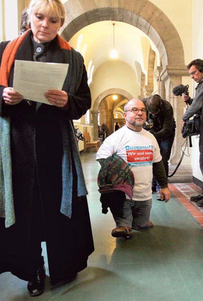 """""""Wir sind nicht verjährt!"""" – 2010 scheiterten die Duogynon-Geschädigten wie Wolf-Dietrich Molzow (Mitte) vor Gericht. Foto: dpa"""