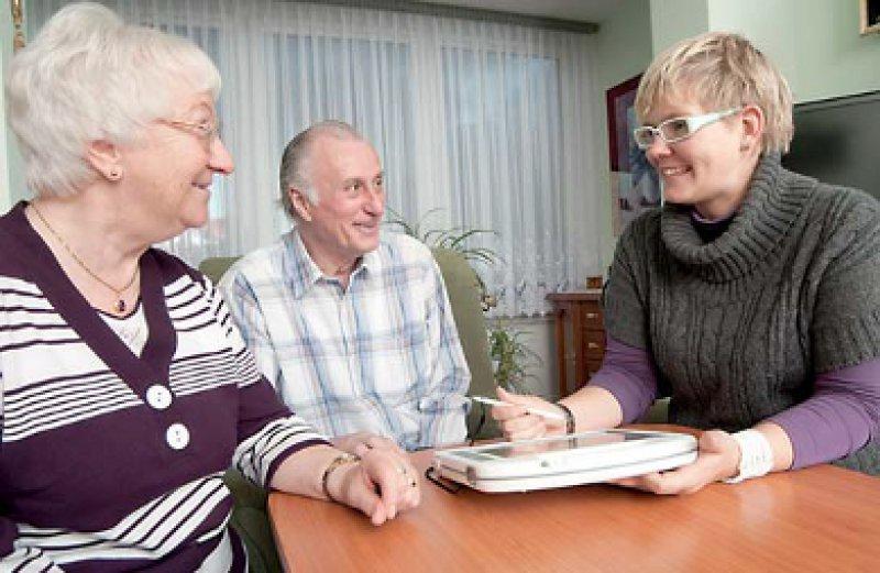 """Speziell qualifizierte """"Dementia Care Manager"""" beraten Patienten und deren Angehörige vor Ort. Foto: DZNE"""