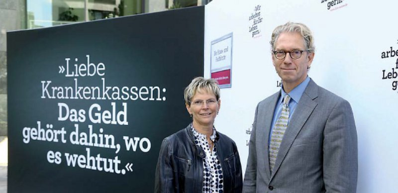 Aufforderung an die Gegenseite: Regina Feldmann und Andreas Gassen präsentierten mit den Honorarforderungen auch ein Motiv der begleitenden Kampagne. Foto: Georg J. Lopata