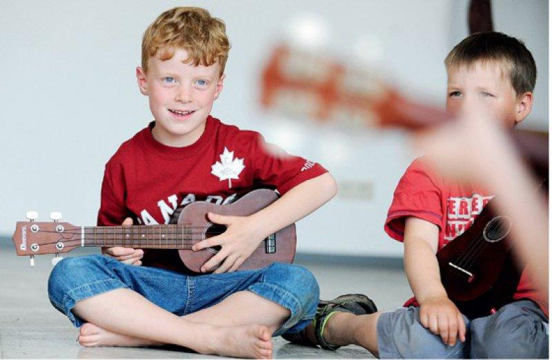 Gemeinsames Singen und Musizieren fördert sowohl aus neurologischer als auch aus pädagogischer Sicht die Entwicklung eines Kindes. Foto: picture alliance