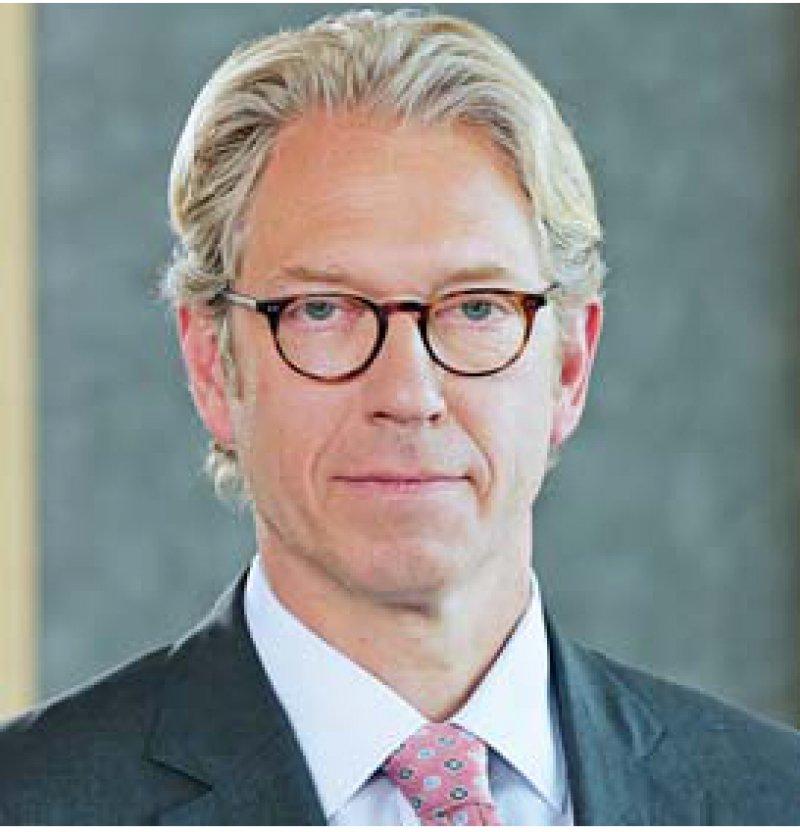 Drei Köpfe, zwei Meinungen: Andreas Gassen und Rolf- Ulrich Schlenker (v.l.n.r.) sprachen sich dafür aus, die Verlagerung von Leistungen in den ambulanten Sektor auch finanziell nachzuvollziehen. Georg Baum war dagegen. Foto: KBV