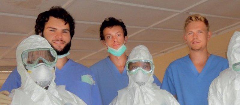 Der Wittener Medizinstudent Till Eckert (3. von links) schult mit seinen Kommilitonen drei Krankenschwestern im Umgang mit den Ebola-Sicherheitsanzügen. Foto: Till Eckert