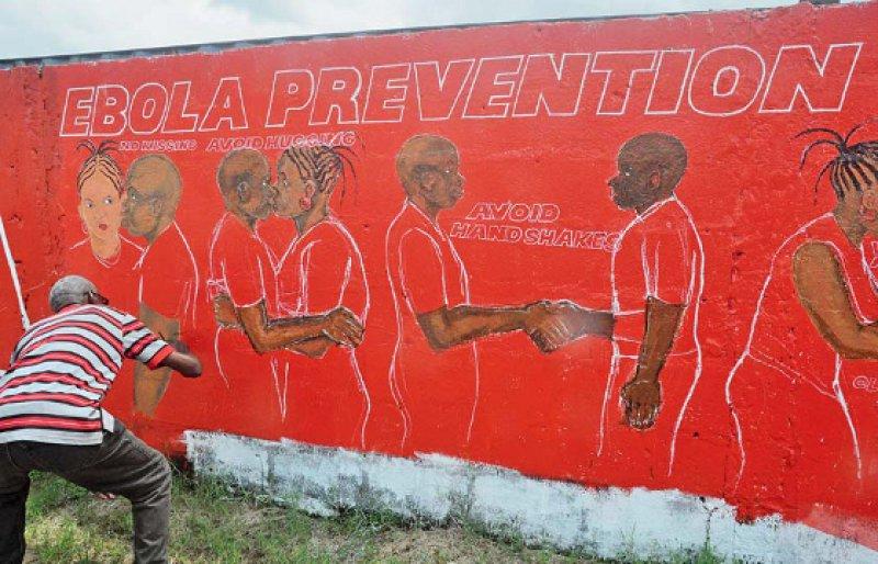 Körperkontakt vermeiden, um sich vor Infektion mit dem Ebolavirus zu schützen: Das ist die Botschaft an die von der Epidemie stark betroffene Bevölkerung Liberias. Foto: picture alliance