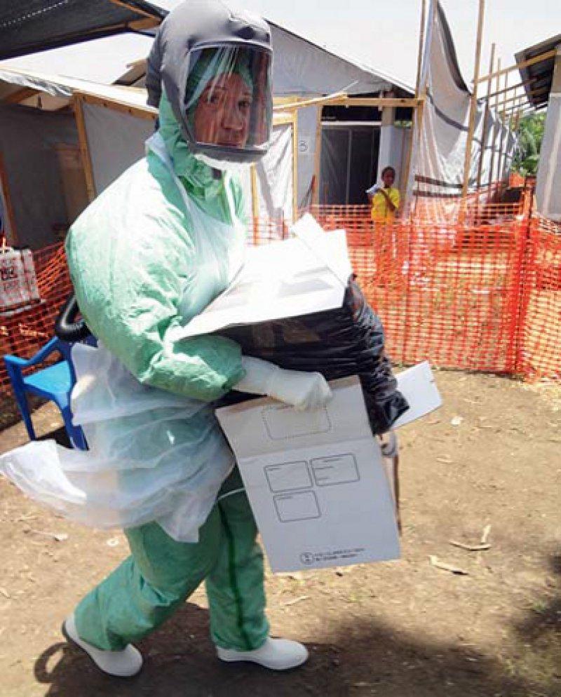 Hohe Sicherheit ist für die Diagnostik bei Ebolaverdacht erforderlich: In Guinea wird ein mobiles Labor als europäisches Projekt gefördert und von Stephan Günther am BNITM koordiniert. Foto: BNITM, Hamburg