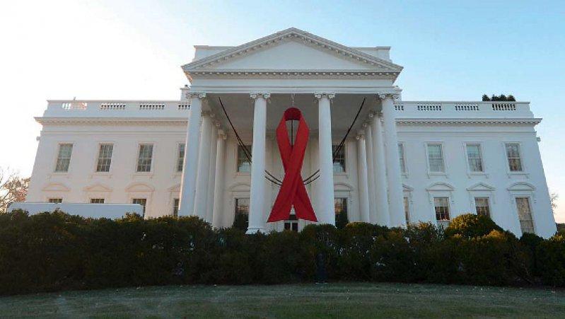Anlässlich des Weltaidstages wurde am Weißen Haus eine riesige rote Schleife angebracht. Präsident Obama plant, 23 Milliarden US-Dollar für den Kampf gegen Aids freizugeben.